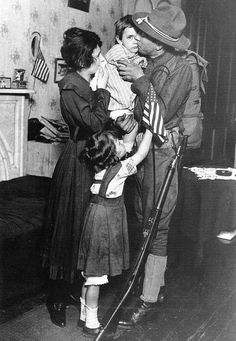 US-soldier-saying-goodbye-to-family WWI