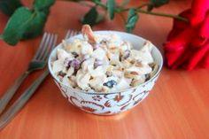 Салат с грибами, копченой грудкой и фасолью готов!