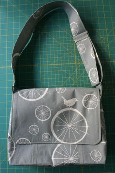 Good messenger bag tutorial at this site! - - - Structured messenger bag - very good step by step tutorial, details for the adjustable cross body strap