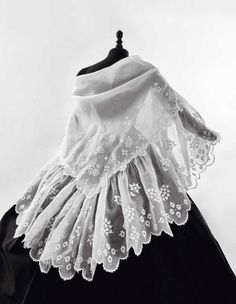 1850-1860, unknown country Embroidered linen shawl Daguerre