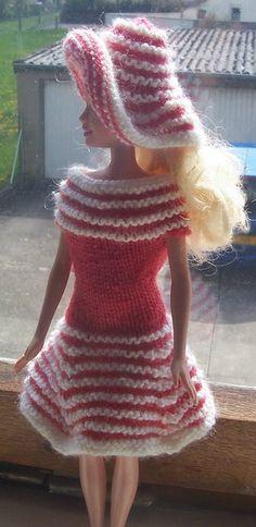 Robe et chapeau rose rayé blanc. Modèle trouvé sur le site stickatillbarbie.be