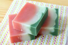 スイカの甘い香りの手作り石鹸です。見た目も香りもスイカな石鹸で楽しい気分に♪