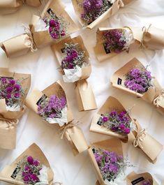 드라이플라워의 계절 이 성큼 스타티스와 천일홍으로 먼저 .. 틈틈이 만들어 둘게요 매장에서 구매가능하세요 ♀️ . . . ✔️10월 23일부터 11월 9일까지는 생화예약 따로 받지않습니다 매장에서 바로 구매 가능하세요 :) ✔️꽃 나무 계정은 @dalbit_plantshop ✔️(07:30-22:00) ✔️(주문카톡 - bbomia88) #꽃바구니#꽃스타그램#원당꽃집#일산#럽스타그램#일산꽃집#꽃집#화정꽃집#달빛꽃집#화정#데일리#flower#프로포즈#플로리스트#기념일#데이트#일산꽃배달#꽃다발#예쁜꽃집#Bouquet#백석꽃집#화정역꽃집#플라워박스#기념일선물#행신꽃집#스타티스#천일홍#드라이플라워#드라이플라워꽃다발#미니꽃다발