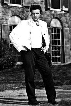 Elvis Presley died at Graceland Elvis Presley House, Elvis Presley Graceland, Elvis Presley Family, Elvis Presley Photos, Elvis And Priscilla, Lisa Marie Presley, Beautiful Voice, Beautiful Men, Rock N Roll