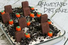 Yummy for any Halloween party Graveyard Dirt Cake. This is such a fun, easy and festive dessert for any Halloween occasion! Halloween Desserts, Halloween Goodies, Halloween Food For Party, Halloween Cakes, Halloween Treats, Diy Halloween, Halloween Graveyard, Halloween Dinner, Halloween Stuff