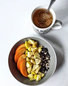 En el bolw:  1/4 persimon  1/2 manzana con canela en polvo 3 ciruelas deshidratadas  1 cucharadita de muesli sin azúcares  En a taza: té negro con leche de soja  #persimmon #muesli #apple #prunes #fruitbowl #cinnamon #blacktea #teatime #yoguitea #soymilk #healthyfood #instafood #snapseed #veganfood #healthychoices #52weeksfoodphotographyproject