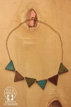 collar triangulos en madera pintado a mano