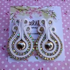 Accesorios Rainy: Zarcillos Soutache-Strass Fabric Jewelry, Diy Jewelry, Jewelery, Jewelry Making, Bag Pattern Free, Pattern Art, Soutache Earrings, Ring Earrings, Button Crafts