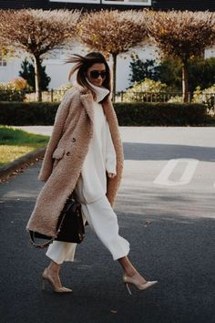 Tan fuzzy teddy bear coat with all white outfit. 2019 Tan fuzzy teddy bear coat with all white outfit. The post Tan fuzzy teddy bear coat with all white outfit. 2019 appeared first on Sweaters ideas. Fashion Mode, Fashion Week, Look Fashion, Daily Fashion, Womens Fashion, Fashion Trends, White Fashion, 80s Fashion, Fashion Art