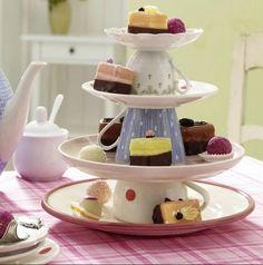 Torre de xícaras para decorar a mesa de doces | http://www.blogdocasamento.com.br