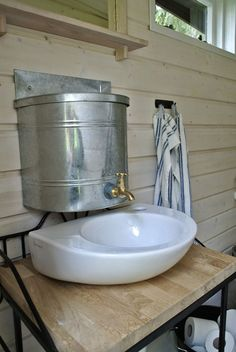 mökin sisustus - Google-haku Outside Toilet, Cottage Plan, Cabin Decor, Tiny House On Wheels, Cabin Bathrooms, Outdoor Toilet, Lake Cottage, Outhouse Bathroom, Log Homes