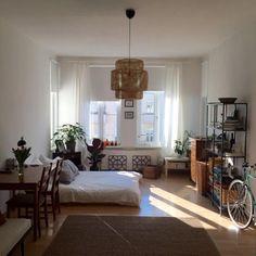 Perfekte Einrichtungs-Inspiration für ein schönes WG-Zimmer. Bett, große Fenster, Kommode und Regal sowie gemütlicher Teppich - Wohnfühlen leicht gemacht! WG-Zimmer in Berlin.