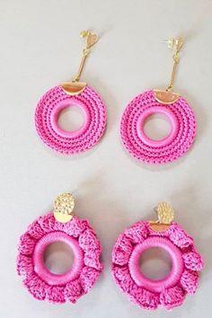 Crochet Jewelry Patterns, Crochet Earrings Pattern, Crochet Rug Patterns, Crochet Accessories, Ribbed Crochet, Bead Crochet, Crochet Crafts, Pink Jewelry, Fabric Jewelry