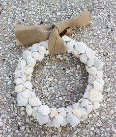 Decorate your front door with these wonderful and easy burlap wreaths! Hamptons Decor, Decorating On A Budget, Burlap Wreaths, Fall Wreaths, Diy Wreath, Wreaths Crafts, Door Wreaths, Wreath Ideas, Coastal Fall