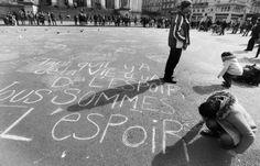 Bruxelles, gessetti contro l'odio: i messaggi sull'asfalto della città