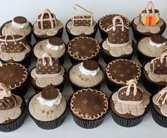 Would you like some Luis Vuitton Purse Cupcakes? Pretty Cakes, Cute Cakes, Beautiful Cakes, Amazing Cakes, Purse Cupcakes, Yummy Cupcakes, Fancy Cupcakes, Mini Cakes, Cupcake Cakes