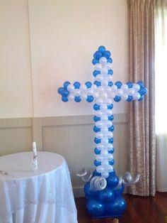 Escultura de globos en azul y blanco.