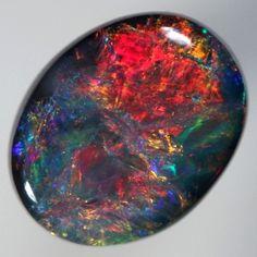 Une opale noire, rare et précieuse.