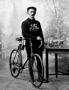 Fixed gear in the old times Velo Vintage, Vintage Cycles, Vintage Bikes, Retro Bikes, Old Bicycle, Bicycle Race, Cycling Art, Road Cycling, Bike Art