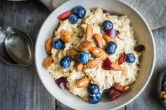 These healthy overnight oats recipes for weight loss are easy to make and delicious, and they're a healthy breakfast idea. Get inspired with these recipes. Regime Anti Cholesterol, Cholesterol Lowering Foods, Healthy Recipes, Diet Recipes, Healthy Snacks, Healthy Cereal, Whole30 Recipes, Oatmeal Recipes, Eating Healthy