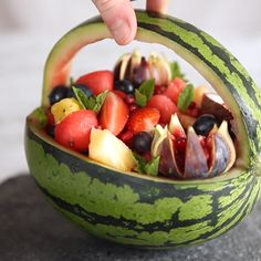 Watermelon Basket dansk umbrian quiz for ki., Watermelon Basket dansk umbrian quiz for kindergarten, fruits high in fiber and low in carbs, fruits basket collec. Watermelon Fruit Bowls, Watermelon Basket, Fruit Salad, Watermelon Carving Easy, Carved Watermelon, Watermelon Ideas, Watermelon Designs, Pineapple Fruit, Fruit Kabobs