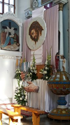 Monumentos capilla Church Altar Decorations, Stage Decorations, Corpus Christi, Home Altar Catholic, Church Flower Arrangements, Clay Pot Crafts, Palm Sunday, Church Design, Art Images