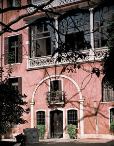 Move Over Paris: The World's Most Beautiful Homes are in Italy Building Exterior, Exterior Paint, Exterior Design, Grand Canal, World's Most Beautiful, Beautiful Homes, Villas, Malta, Peach Paint
