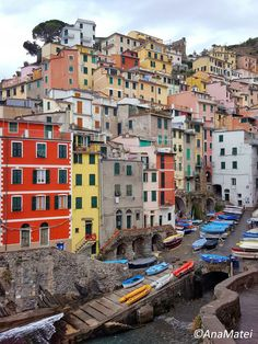 Discover one of the most amazing travel destinations worldwide: Riomaggiore, Cinque Terre, IT! Take the Visual Tour and read my travel diary Riomaggiore, Cinque Terre, Eating Well, Times Square, Travel Destinations, Street View, Journey, Tours, Italy