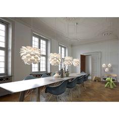Niebanalna stylistyka, jaką prezentuje lampa Motion, znajdzie wielu fanów designerskich stylów wnętrz. Lampa wyglądem przypomina rozkwitły kwiat, przez który sączą się promyki światła. Zawieszona w salonie, sypialni lub innym miejscu odda styl wnętrza, wnosząc jednocześnie zjawiskowy element aranżacji.