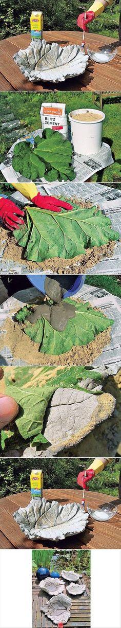 Det här behöver du: Ett stort rabarberblad och lite sand. Färdigarmerad fiberbetong eller vanlig finbetong samt en bit tunt hönsnät som armering. Lite youghurt utblandat med vatten. Gör en liten kulle av sand och lägg rabarberbladet på – ovansidan neråt. Blanda till betongen. Bred betong på rabarberbladet. Om du använder färdigarmerad betong som innehåller fibrer …