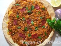 "Vegan lahmacun with lentil, cauliflower and almond ""mince"" sauce Healthy Pizza, Vegan Pizza, New Recipes, Vegetarian Recipes, Chana Masala, Lentils, Cauliflower, Nom Nom, Almond"