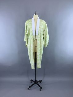 Lovely vintage 1950s kimono robe in light green ombre silk crepe with a cloud print. It has a silk taffeta haneri collar attached. Not lined. In excellent condition, showing only a few very light spot