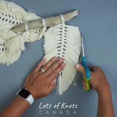 Hanging Plants Outdoor Discover DIY Macrame 3 Feather Wall Hanging Tutorial A fun DIY project to decorate your wall! Macrame Design, Macrame Art, Macrame Projects, Macrame Knots, Macrame Supplies, Micro Macrame, Macrame Wall Hanging Patterns, Macrame Patterns, Diy Wall Hanging