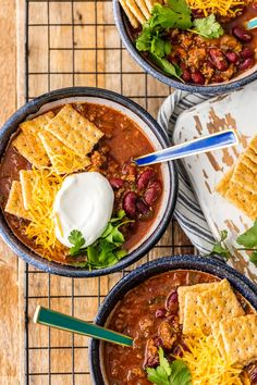 Best easy chili recipe topped with crackers, sour cream, and cheese рецепты из чили, Chilli Recipes, Beef Recipes, Cooking Recipes, Healthy Recipes, Skinny Recipes, Cooking Ideas, Healthy Meals, Easy Recipes, Soup Recipes