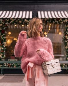 winter outfits new york New York Fashion Week - Th - winteroutfits Pink Outfits, Cute Outfits, Stylish Outfits, Pink Sweater Outfit, Pink Jumper, Elegante Y Chic, Outfits Winter, New York Spring Outfits, Mode Rose