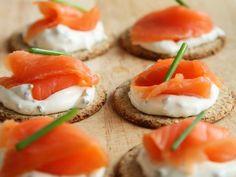 Закуска из красной рыбы с творожным сыром https://www.go-cook.ru/zakuska-iz-krasnoj-ryby-s-tvorozhnym-syrom/  Лёгкая и очень быстрая в приготовлении закуска, которая подойдёт к любому столу — как к обычному, так и к праздничному. Количество ингредиентов для этой закуски может быть люди. Один крекер — одна порция. Закуска из красной рыбы с творожным сыром Время подготовки: 5 минут Время приготовления: 15 минут Общее время: 20 минут Кухня: Русская Тип: … Читать далее Закуска из красной рыбы с…