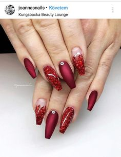 Christmas is coming. Are you ready? Vulcano & Red glitter mix ❤️ Built with Fibre Extreme intense & Fibre Extreme, Extreme matte top &… Xmas Nails, Prom Nails, Halloween Nails, Christmas Nails, Fancy Nails, Cute Nails, Pretty Nails, Red Nail Designs, Acrylic Nail Designs