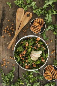 Ein Herbstsalat, der ordentlich sättigt und auch ein wenig süschtig macht. Gebackene Kichererbsen, Äpfel, Süsskartoffeln und Cranberries machen diese gesunde Mahlzeit so richtig spannend. Das Tüpfelchen auf dem I bildet die Balsamico-Ahornsirup Sauce. Ausprobieren! #Herbstsalat #Herbstgericht #Federkohlsalat #Süsskartoffeln Superfood, Cranberries, Food Inspiration, Salad, Healthy Recipes, Healthy Meals, Healthy Food Recipes, Fall Salad, Roasted Garbanzo Beans