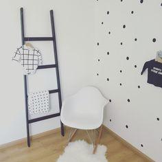 Babykamer zwart wit met stippen behang Black and white