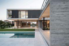 Amado Cattaneo Arquitectos House Front Design, Tiny House Design, Modern House Design, Architecture Design Concept, Ultra Modern Homes, Casa Loft, Pool House Plans, Flat Roof House, Concrete Houses