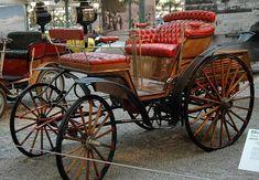 La Benz Vis-a-vis (ictoria fut produite de 1893 à 1900 en 4 motorisations de 1.7L à 2.9L présentant des puissances de 3ch à 6ch evec un poids de 715 kg, cette voiture mesure 1.65 mètres de large, 3.2 mètres de long, et a un empattement de 1.65 mètres.