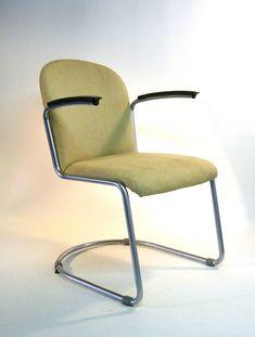 - Ontwerper: Willem Hendrik Gispen - Type : 413 stoel - Merk/fabrikant : Gispen - Basismateriaal : geborsteld verchroomd buisframe en bekleed hout. - Stoffering