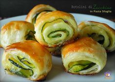 Zucchini rolls with puff pastry - Rotolini di zucchine in pasta sfoglia Veggie Recipes, Cooking Recipes, Healthy Recipes, Antipasto, Finger Food Appetizers, Appetizer Recipes, Good Food, Yummy Food, Italy Food