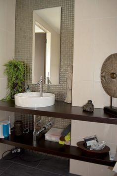 An diesem Waschtisch des Gäste-WCs mit asiatischen Flair können sich Besucher rundum wohlfühlen