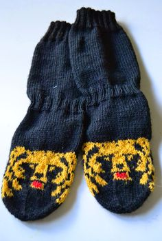Karhu sukat Knitting Socks, Knitted Hats, Knitting Ideas, Sissi, South Park, Knit Crochet, Diy And Crafts, Gloves, How To Make