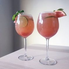 5 of the Best Grapefruit Cocktails - Trine Nicole - Cocktail Recipes Fun Drinks, Yummy Drinks, Alcoholic Drinks, Cocktail Recipes, Cocktails, Rosemary Simple Syrup, Grapefruit Cocktail, Mojito Recipe, Cocktail Making