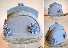 cakelet purses | Mini cakelet handväska/portmonä Couture Purses, Fashion Cupcakes, Elegant Cupcakes, Bag Cake, Prada Purses, Wedding Cupcakes, Mini Purse, Leather Backpack, Louis Vuitton