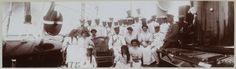 No convés do Standart: Czar Nicolau e seus filhos e duas damas de companhia com oficiais do Standart. Em 1911.