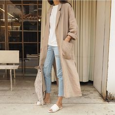 Every year, we look to street style to inform and inspire us. The pieces worn during fashion week and beyond Mode Abaya, Mode Hijab, Pullover Mode, Look Jean, Summer Outfits, Cute Outfits, Modest Wear, Inspiration Mode, Rosie Huntington Whiteley