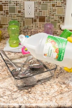 Amazing Ways To Use Vinegar – Country Diaries Diy Home Cleaning, Household Cleaning Tips, House Cleaning Tips, Cleaning Hacks, Cleaning Recipes, Cleaning Supplies, Natural Cleaning Solutions, Natural Cleaning Products, How To Clean Silverware